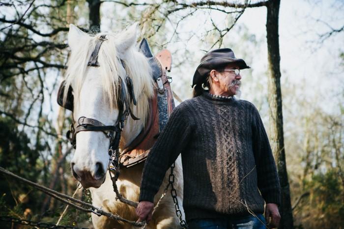 Portrait photo d'un agriculture avec ses chevaux