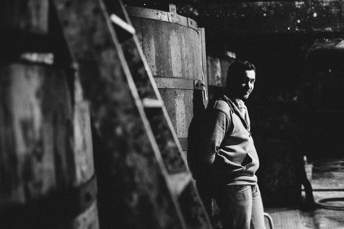 Portrait photo d'un viticulteur dans sa cave