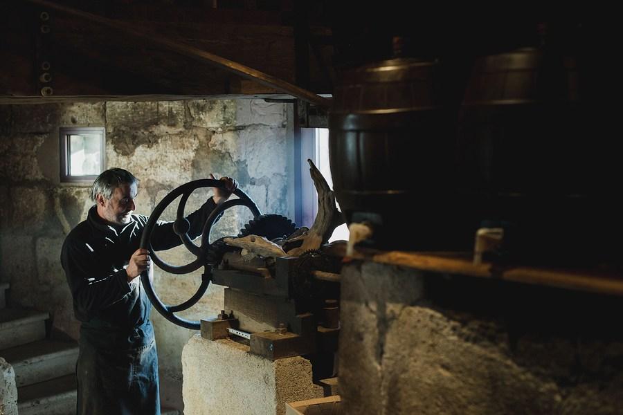 Reportage photo professionnel : fabrication de l'huile de noix -Eve Lancery Hilaire, Studio des 2 Prairies
